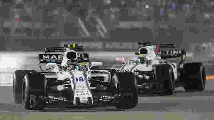 Felipe Massa (direita) persegue Lance Stroll durante o GP de Cingapura - AFP PHOTO / MOHD RASFAN - AFP PHOTO / MOHD RASFAN