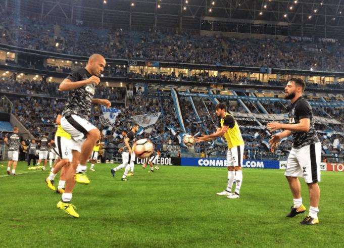 Jogadores do Botafogo aquecem antes de partida contra o Grêmio