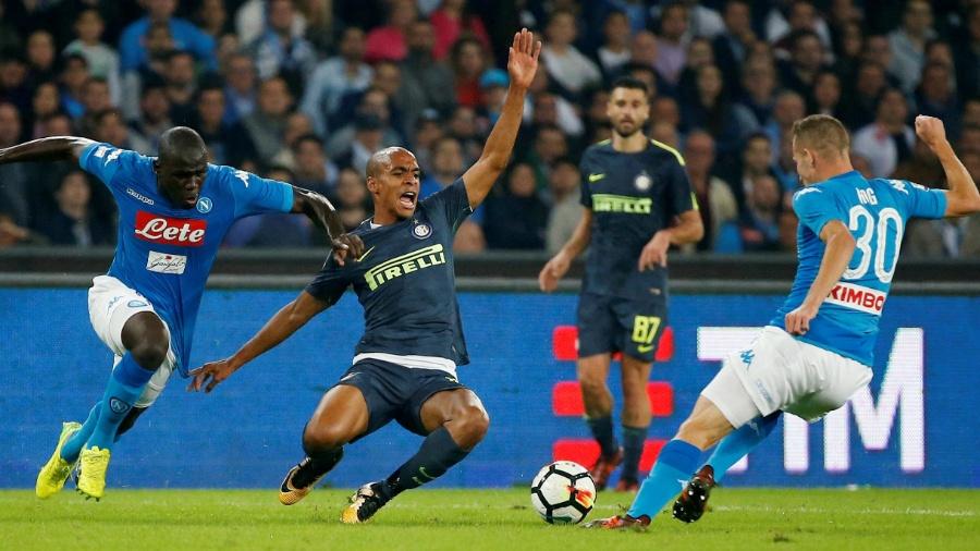 João Mário desaba diante da marcação do Napoli - Ciro de Luca/Reuters