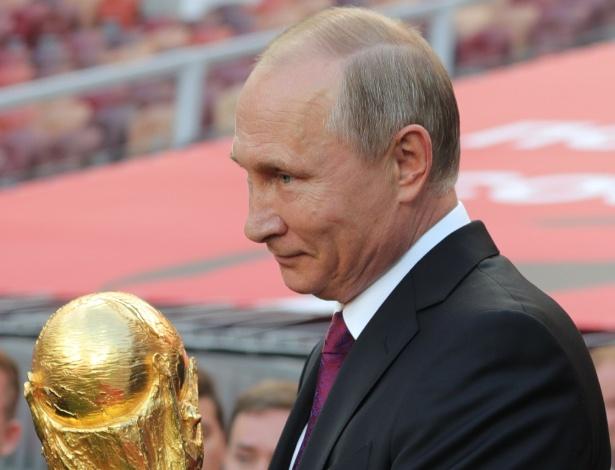 O presidente Vladimir Putin com o troféu da Copa do Mundo - Michael Klimentyev/AFP
