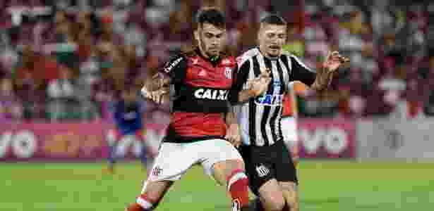 Alison disputa bola com Felipe Vizeu no jogo entre Flamengo e Santos - Thiago Ribeiro/AGIF