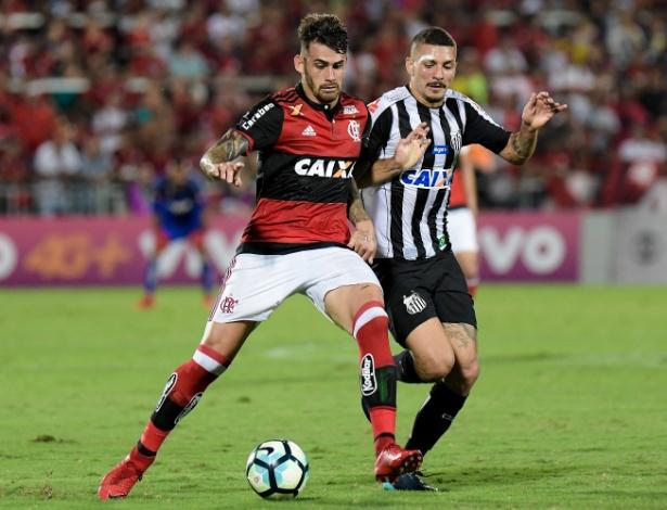 Alison disputa bola com Felipe Vizeu no jogo entre Flamengo e Santos