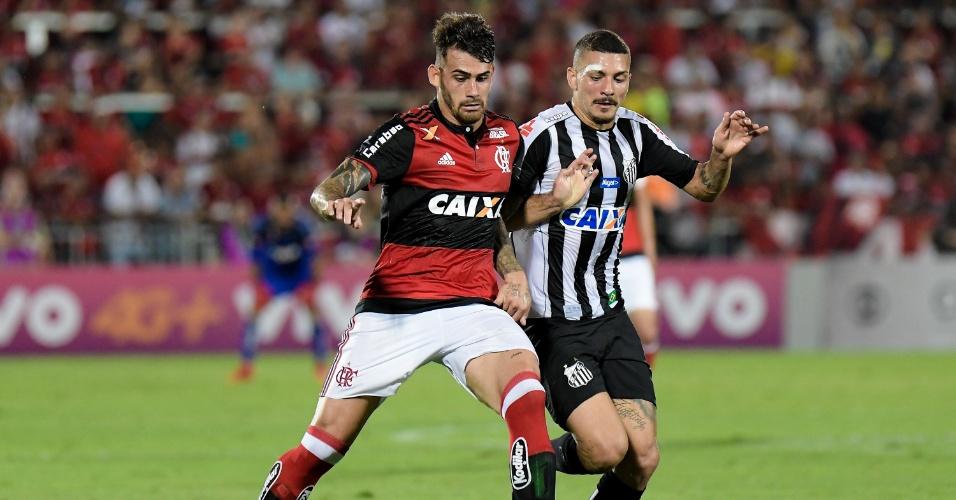 Felipe Vizeu e Alison disputam lance em Flamengo x Santos