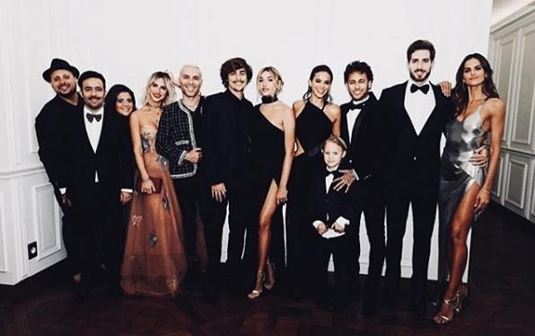 Neymar e Bruna Marquezine posam com amigos, como Kevin Trapp, Giovanna Ewbank, Sasha Meneghel e Davi Lucca