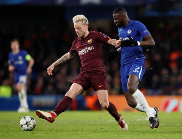 Rakitic é marcado por Rudiger na partida entre Chelsea e Barcelona