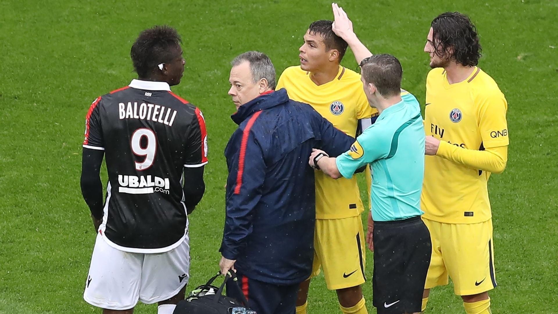 O atacante Balotelli, do Nice, discute com o zagueiro Thiago Silva, do PSG