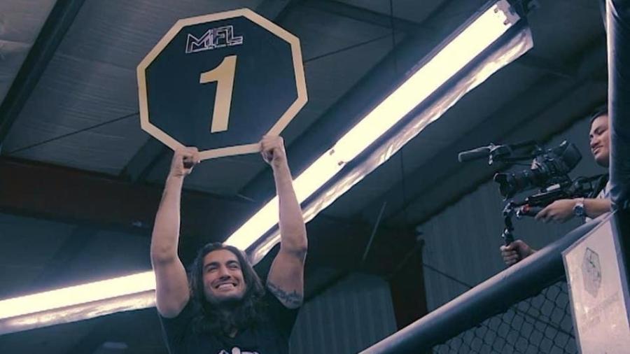Elias Theodorou foi ring boy de um evento de MMA - Reprodução