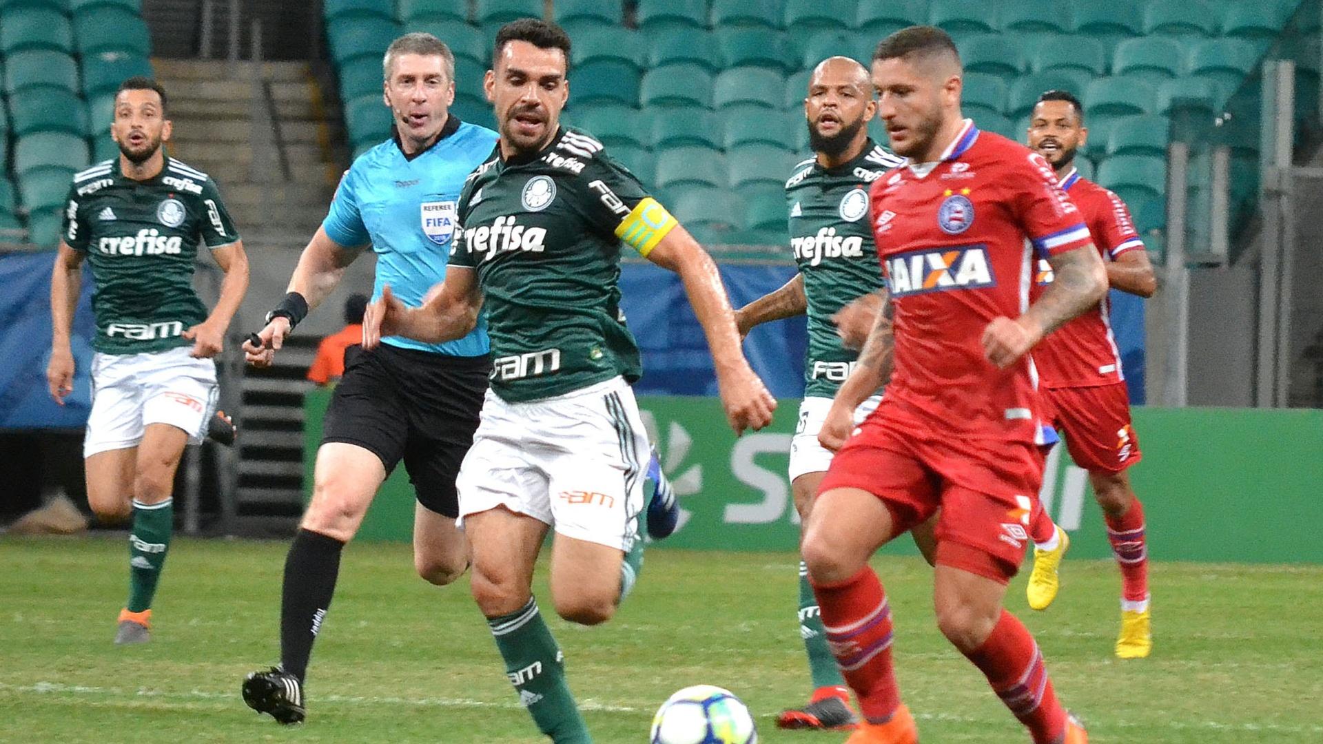 Jogadores de Palmeiras e Bahia disputam a bola na Arena Fonte Nova
