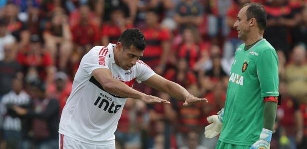 Diego Souza faz reverência para Magrão depois de marcar na Ilha do Retiro - Rubens Chiri/saopaulofc.net