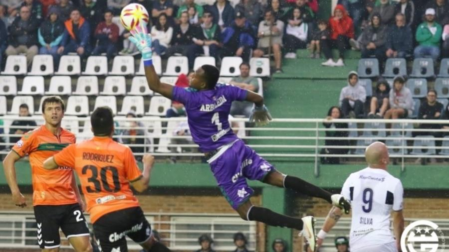 """Ivan Arboleda, goleiro do Banfield, foi chamado de """"negro de m*rda"""" por Fabián Rinaudo, que se desculpou com o rival - Club de Gimnasia y Esgrima La Plata/Divulgação"""