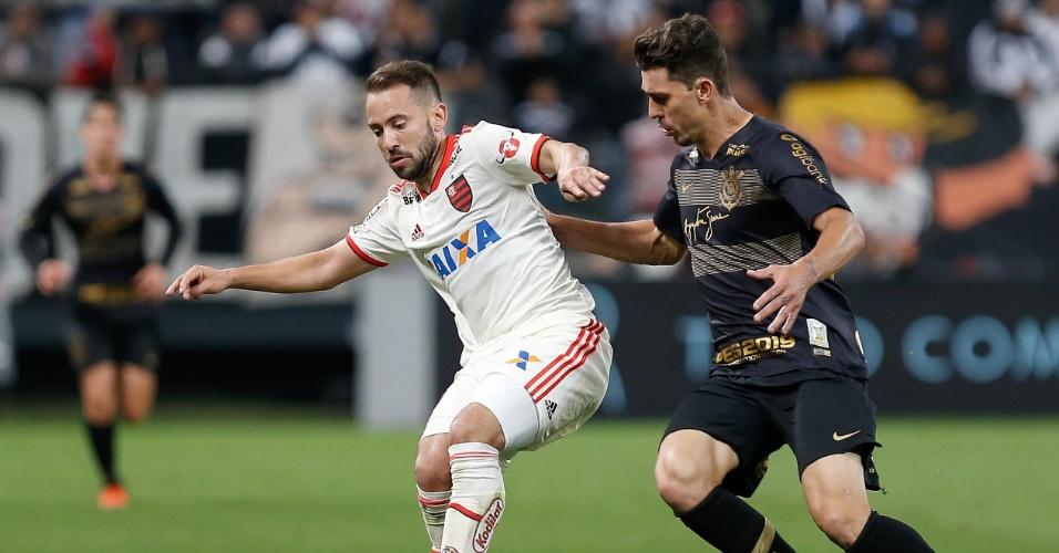Danilo Avelar marca Everton Ribeiro em jogo entre Corinthians e Flamengo