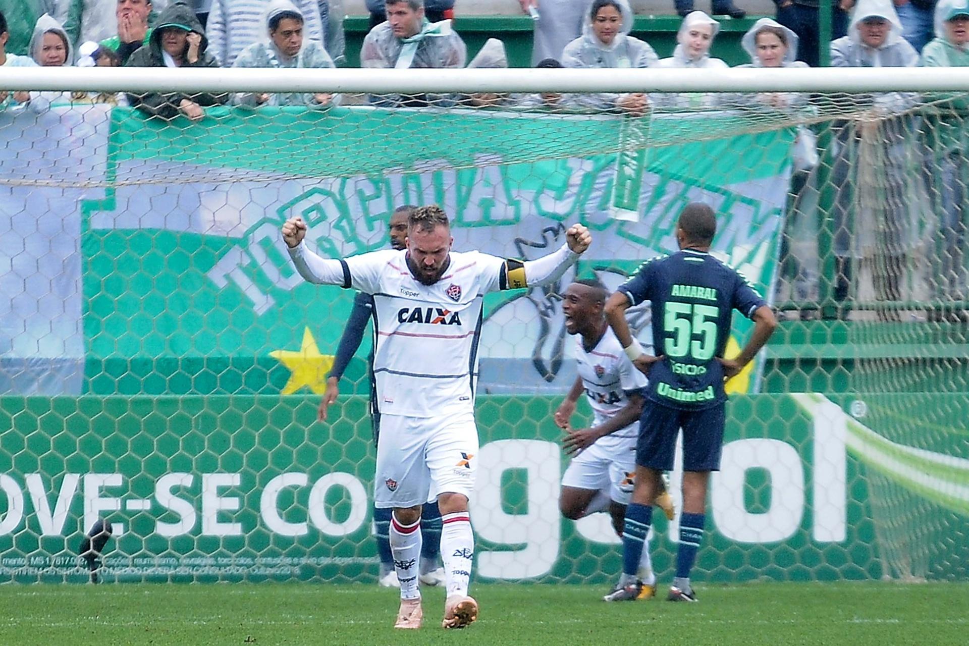 565c369be6 Vitória vence a Chape em SC e deixa temporariamente a zona do rebaixamento  - 14 10 2018 - UOL Esporte
