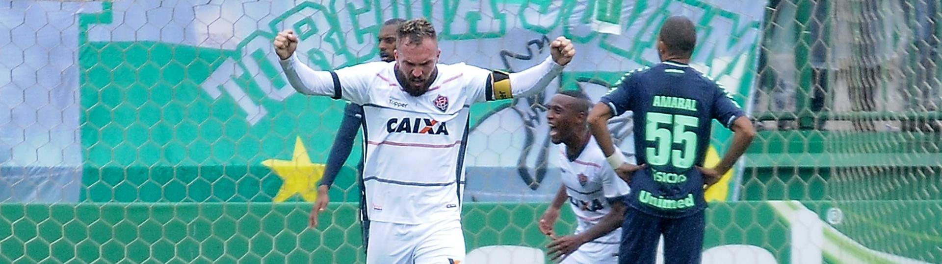 Lucas Fernandes comemora gol do Vitória contra a Chapecoense