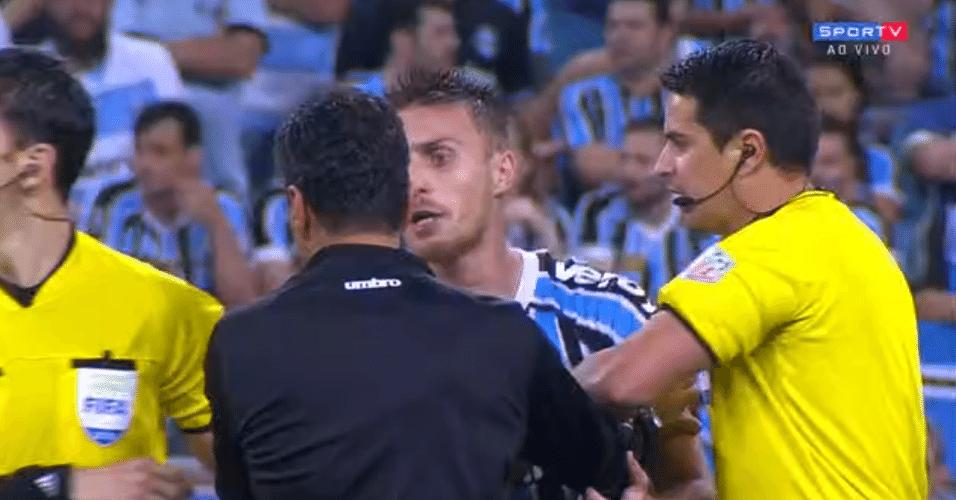 Bressan se revolta após arbitragem marcar pênalti contra o Grêmio e expulsá-lo