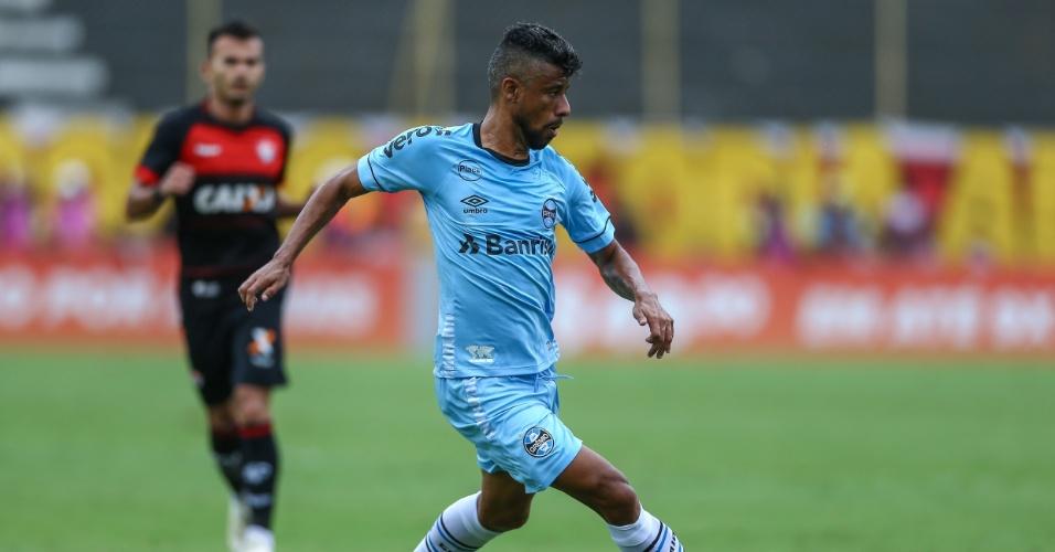 Léo Moura, lateral direito, em ação pelo Grêmio contra o Vitória