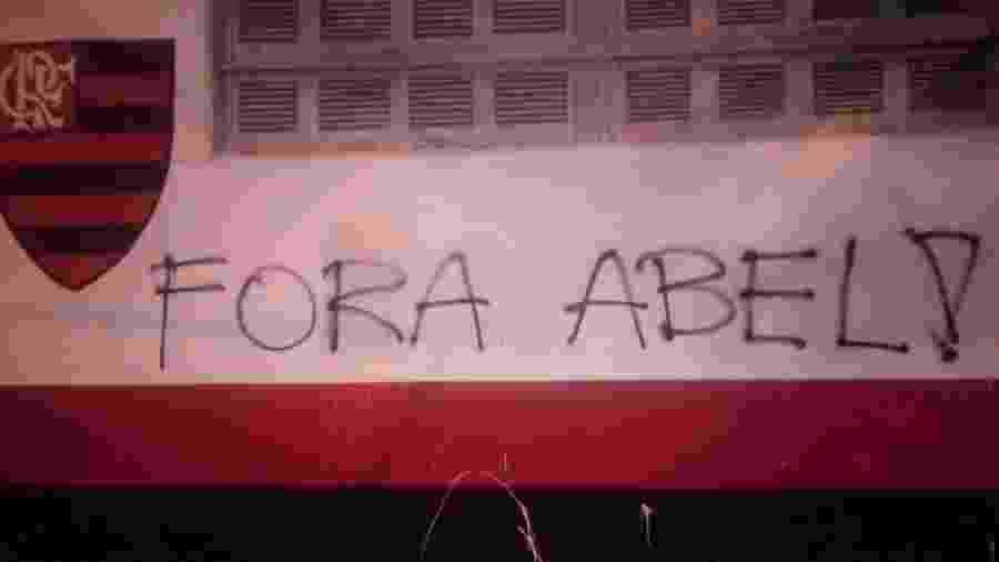 Torcedores do Flamengo picharam muros da Gávea e do Ninho do Urubu - Reprodução Internet
