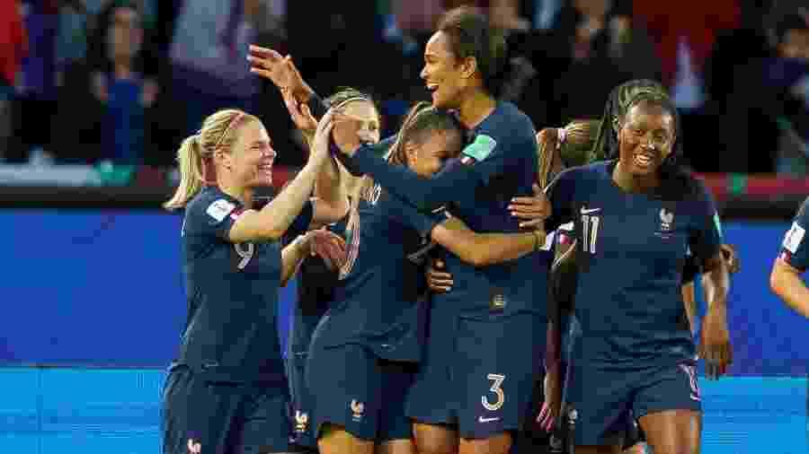 Wendie Renard comemora seu gol com as jogadoras da seleção francesa na abertura da Copa do Mundo - TF-Images/Getty Images