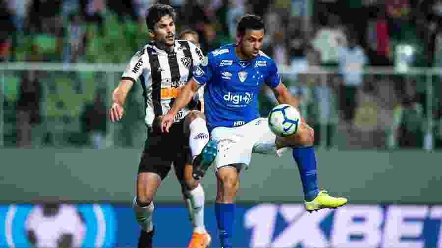 Rabello disputa a bola com Fred em jogo entre Atlético-MG e Cruzeiro - Bruno Haddad/Cruzeiro