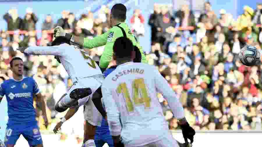 Goleiro Soria, do Getafe, fez um gol contra ao se atrapalhar na saída de gol; após o cruzamento, ele se chocou com Varane - OSCAR DEL POZO / AFP