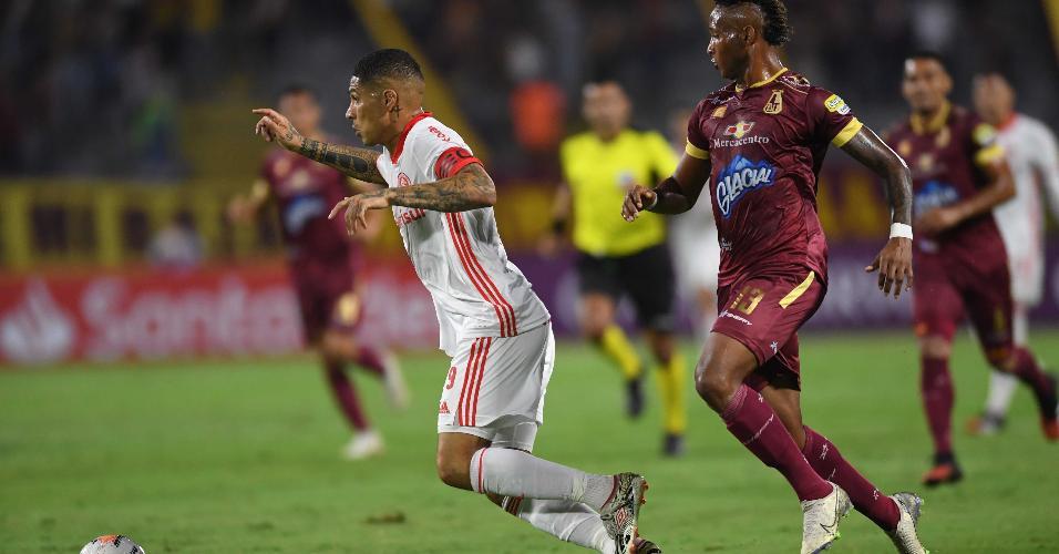 Paolo Guerrero carrega a bola no jogo Tolima x Internacional pela Libertadores
