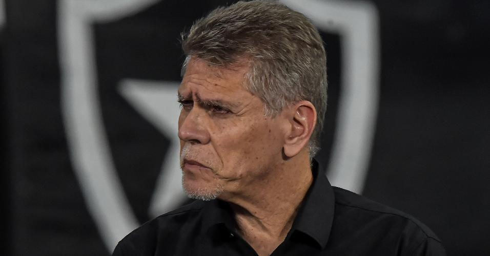Paulo Autuori observa o duelo entre Botafogo e Paraná pela Copa do Brasil