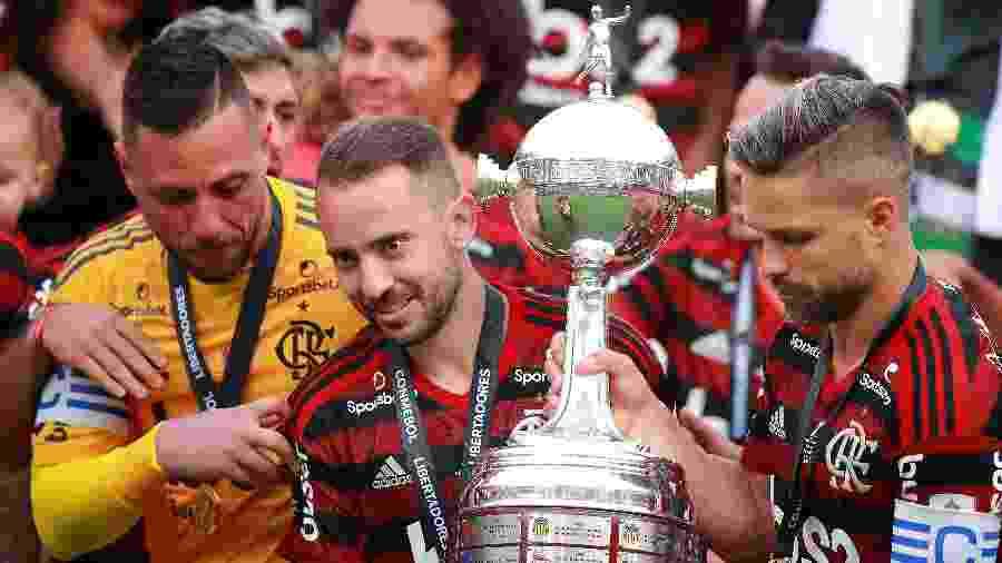 Everton Ribeiro segura troféu de campeão da Libertadores pelo Flamengo em 2019 - Manuel Velasquez/Getty Images
