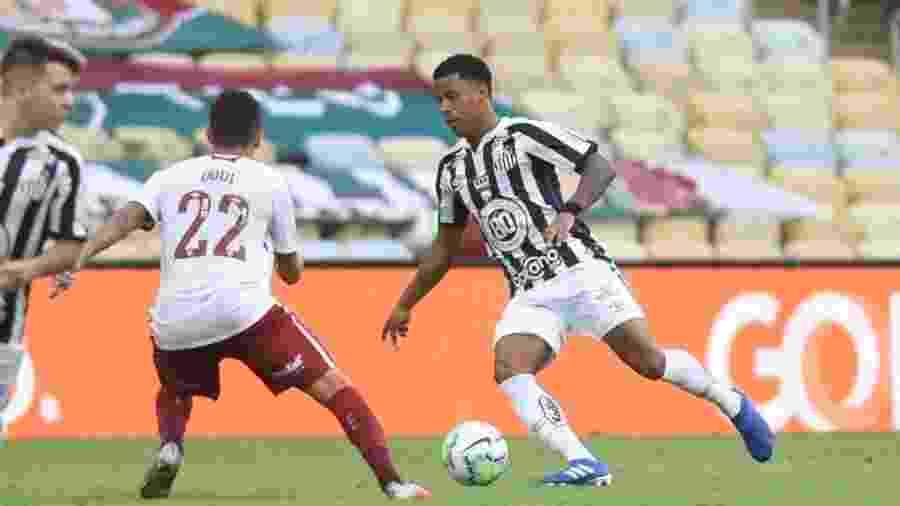 Arthur Gomes carrega a bola marcado por Dodi no jogo entre Santos e Fluminense - Ivan Storti/Santos FC