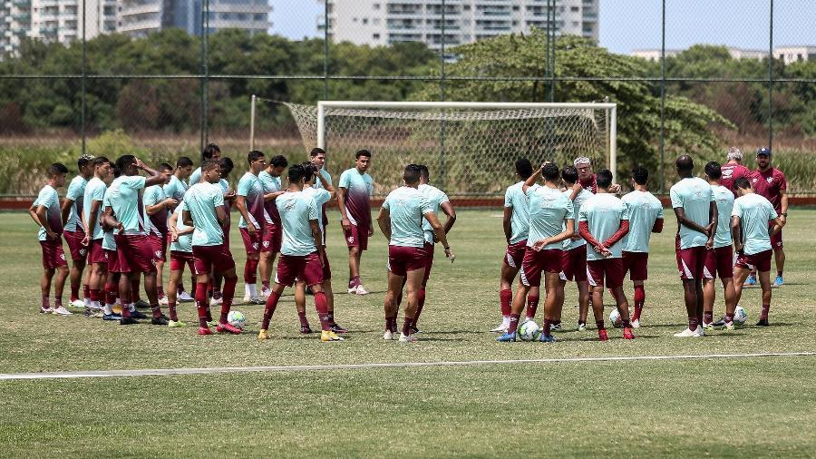 Elenco do Fluminense conversa antes no campo antes do treino - Lucas Merçon / Fluminense F.C.