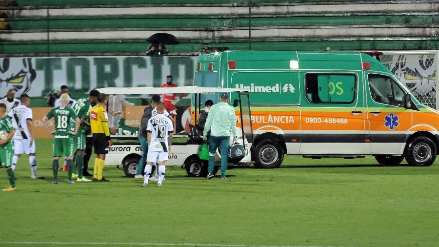 Paulinho, da Chapecoense, deixa gramado em ambulância - Tarla Wolski/Futura Press