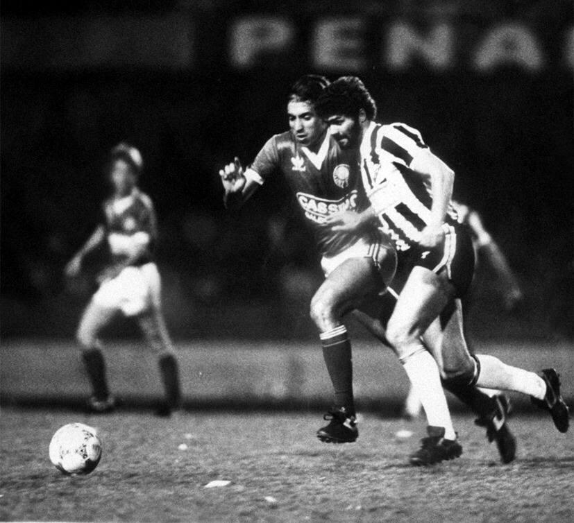 Atacante Kita, da Inter de Limeira [(dir.), disputa a bola com Amarildo, do Palmeiras, em final do Campeonato Paulista de 1986