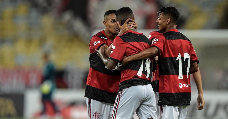 Jogadores do Flamengo celebram gol marcado contra o Nova Iguaçu