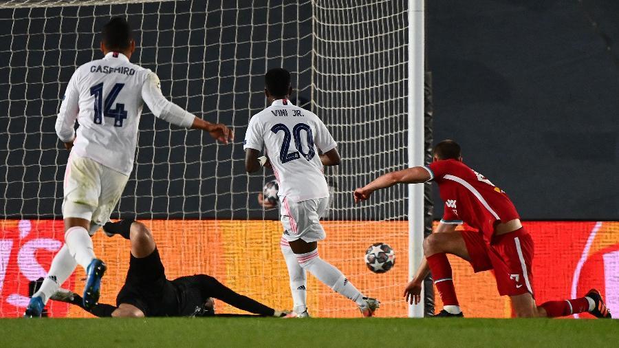 Vinicius Junior faz o segundo dele sobre o Liverpool pela Champions League - GABRIEL BOUYS / AFP