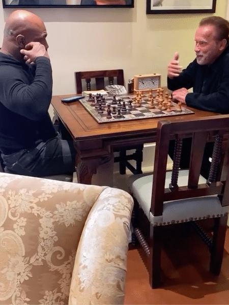 Mike Tyson joga xadrez com Arnold Schwarzenegger - Instagram