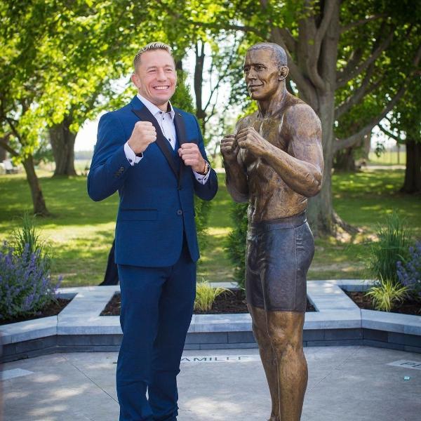 Georges St-Pierre posa ao lado de sua estátua no Canadá