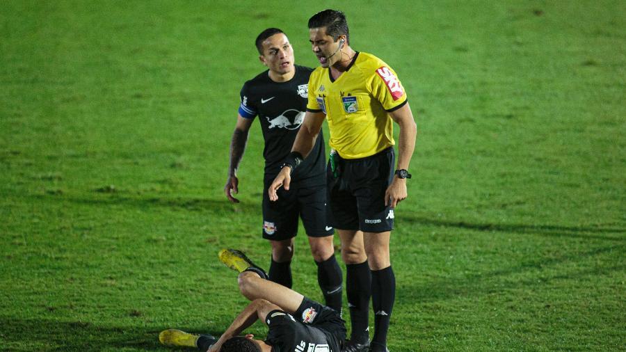 Artur reclama com árbitro durante jogo do Bragantino contra o Cuiabá - Diogo Reis/AGIF