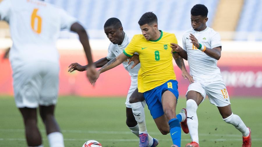 Bruno Guimarães tenta jogada pela seleção brasileira olímpica contra a Costa do Marfim, em jogo hoje (25) - Lucas Figueiredo/CBF