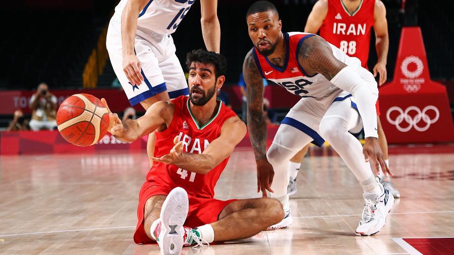 Damian Lillard, dos Estados Unidos, observa Arsalan Kazemi, do Irã, durante jogo das Olimpíadas de Tóquio - Brian Snyder/Reuters
