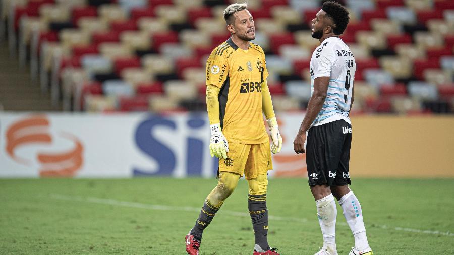 Diego Alves trocou provocações com Borja na derrota do Flamengo para o Grêmio - Jorge Rodrigues/AGIF