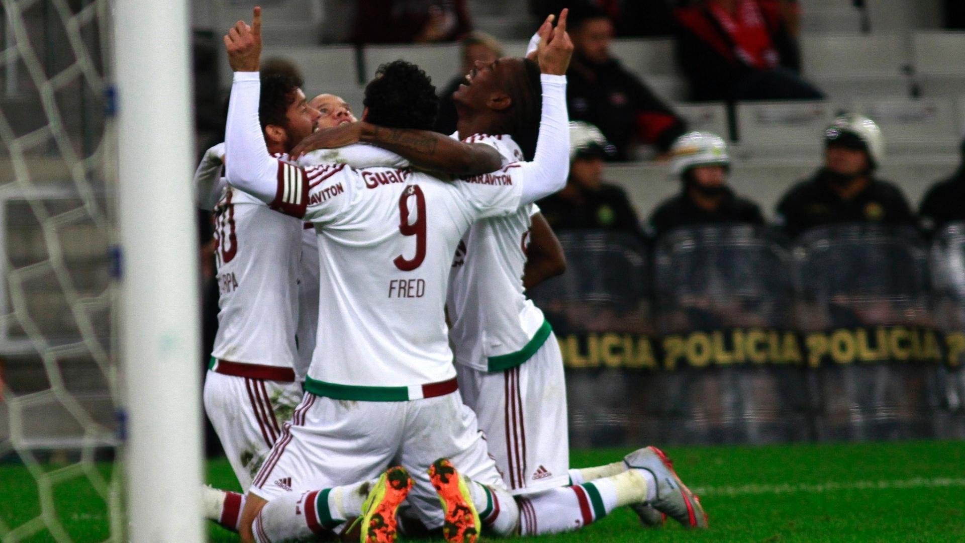Jogadores do Fluminense comemoram o gol de Gustavo Scarpa contra o Atlético-PR