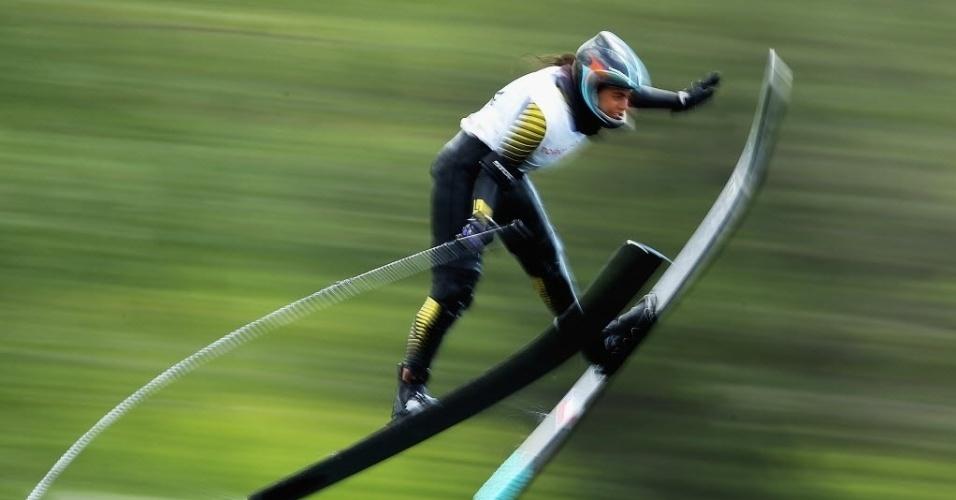 Chilena Fernanda Naser voa alto no salto com ski