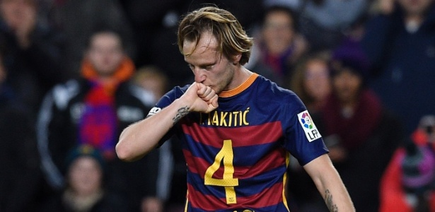 Rakitic foi recuado no meio-campo do Barcelona e é o motor do setor