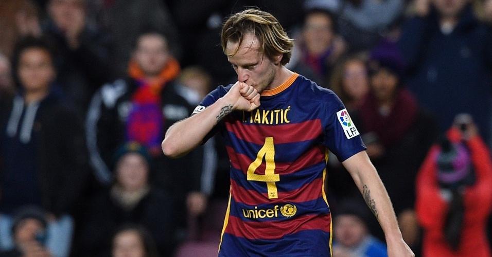 Rakitic comemora a vitória do Barcelona sobre o Celta beijando a aliança