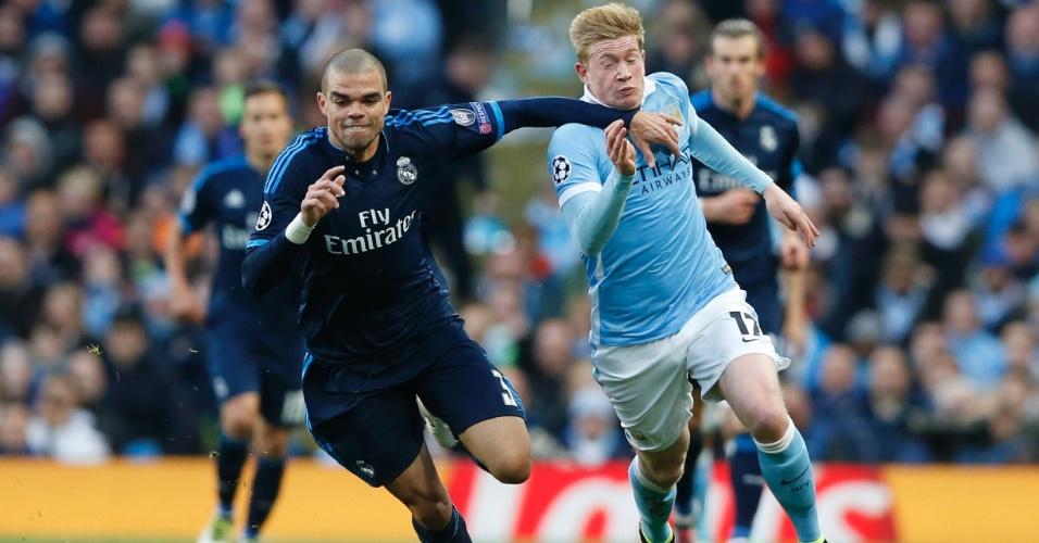 Kevin de Bruyne e Pepe disputam jogada na partida entre Manchester City e Real Madrid pela Liga dos Campeões