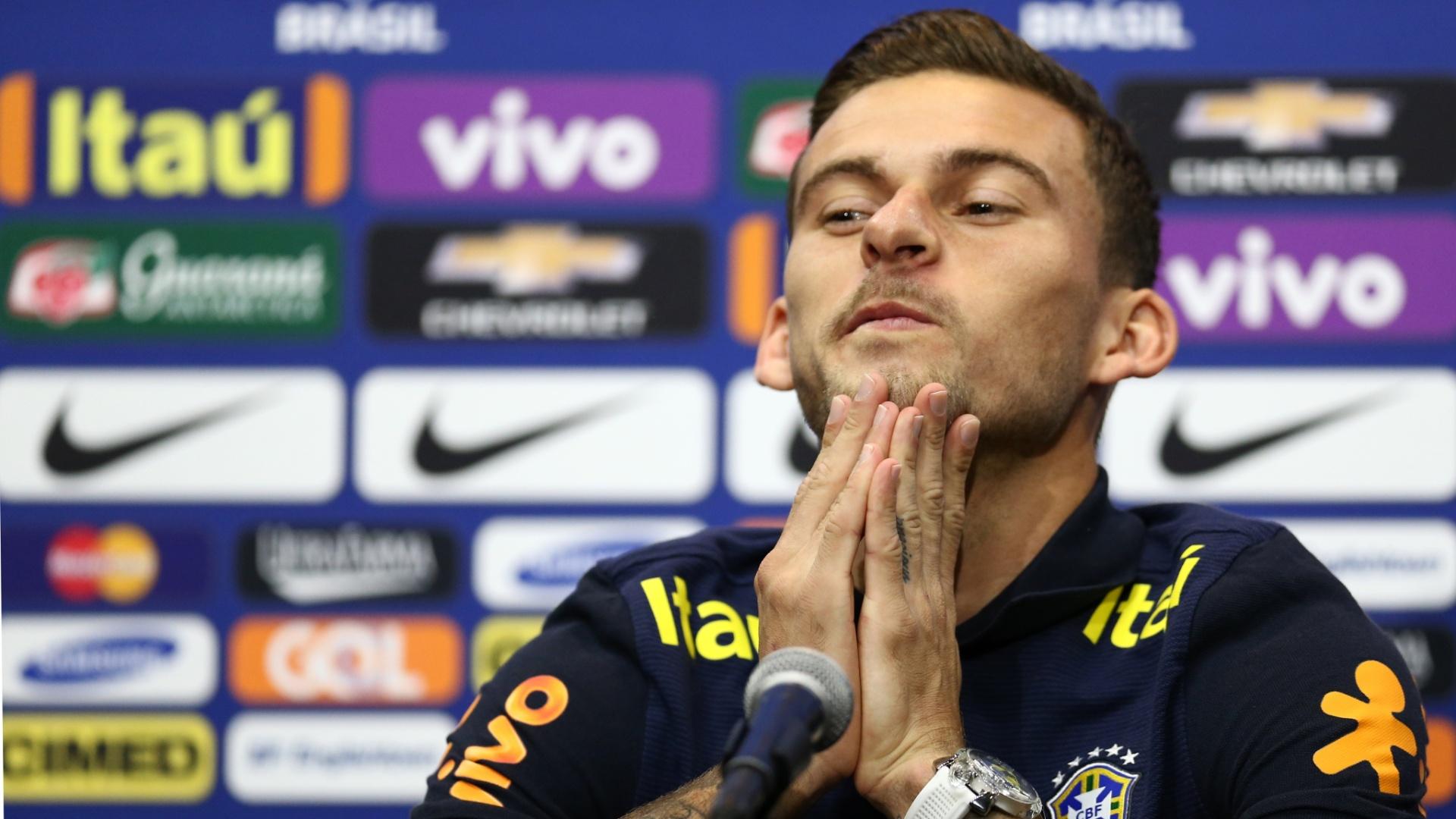 Lucas Lima dá entrevistas após ser eleito o camisa 10 da seleção brasileira