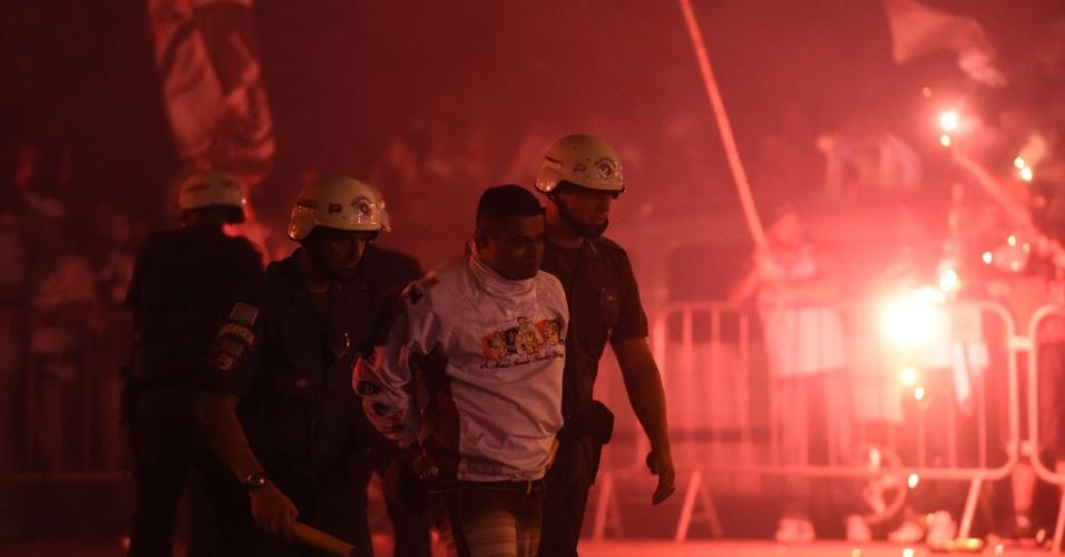 Torcedor é detido durante chegada da delegação do São Paulo ao estádio do Morumbi para jogo contra o Atlético Nacional
