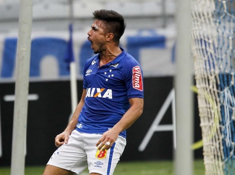 Willian comemora gol do Cruzeiro diante do Fluminense