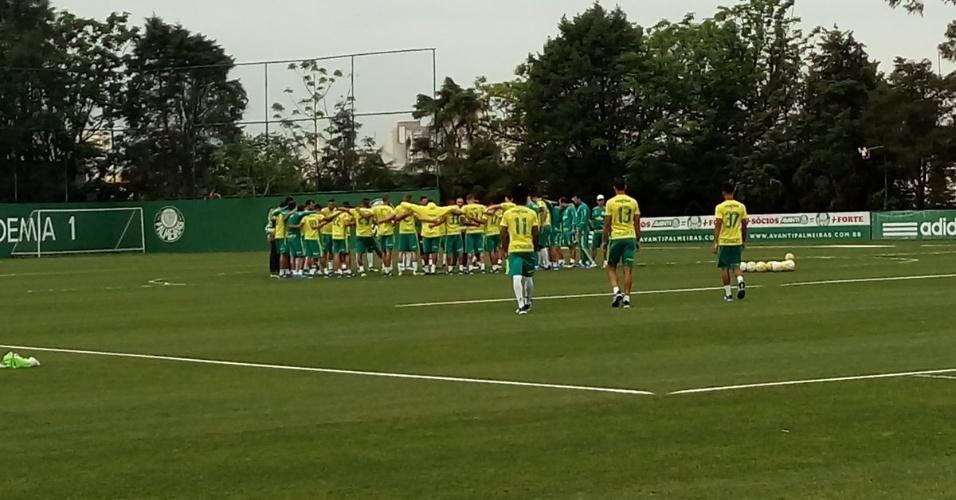 Jogadores do Palmeiras se reúnem no gramado da Academia de Futebol, na Barra Funda