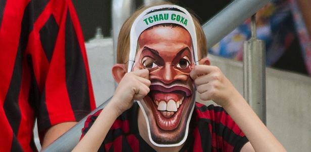 Torcedor do Atlético-PR usa máscara de Ronaldinho para provocar rival