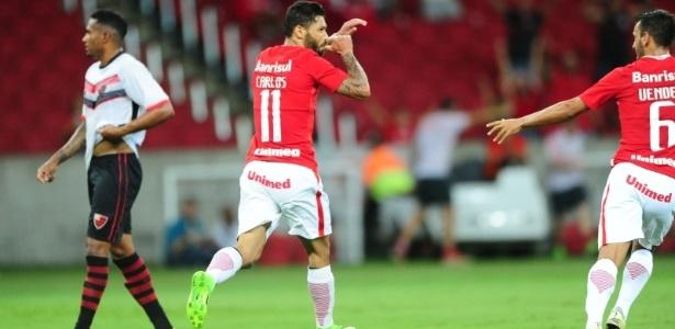 Carlos fraturou a mão esquerda e está fora de atividade no Inter por até um mês