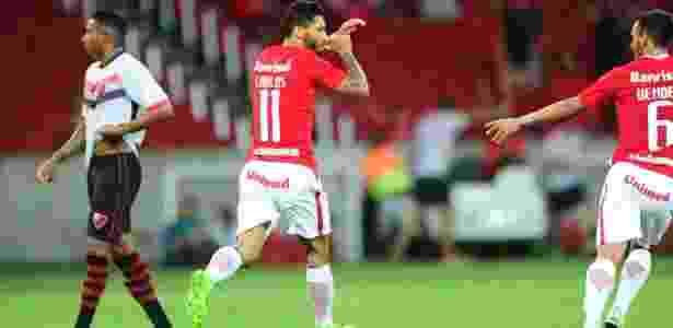 Carlos fraturou a mão esquerda e está fora de atividade no Inter por até um mês - Ricardo Duarte/Inter